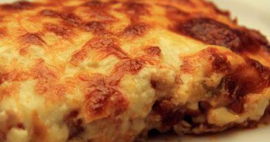 Topi se u ustima: Pikantna piletina sa krompirićima prelivena pavlakom