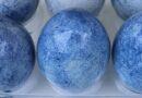 Farbanje jaja indigo papirom – brzo i lako